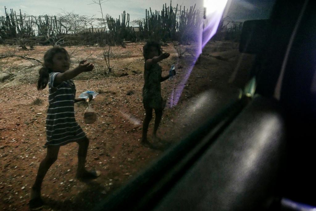 Algunos de los niños Wayuus pidiendo el peaje mientras corren al compás de los coches turísticos.