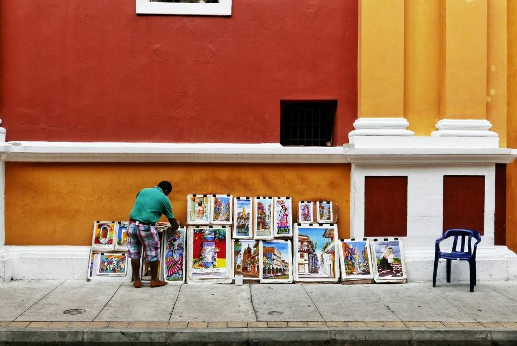 Pintor en la puerta de la Catedral Santa Catalina