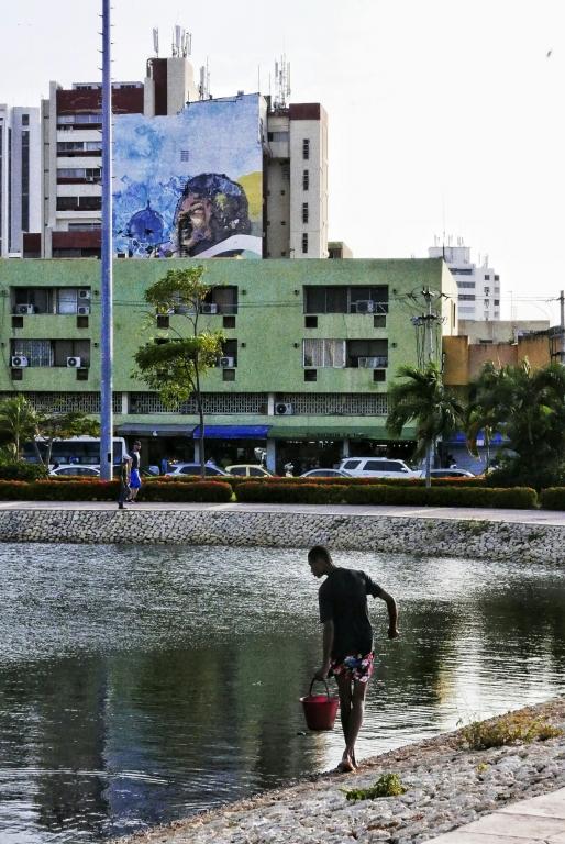 Pesca urbana junto al monumento a la India Catalina