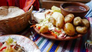 plato mix de patatas, queso y frijoles