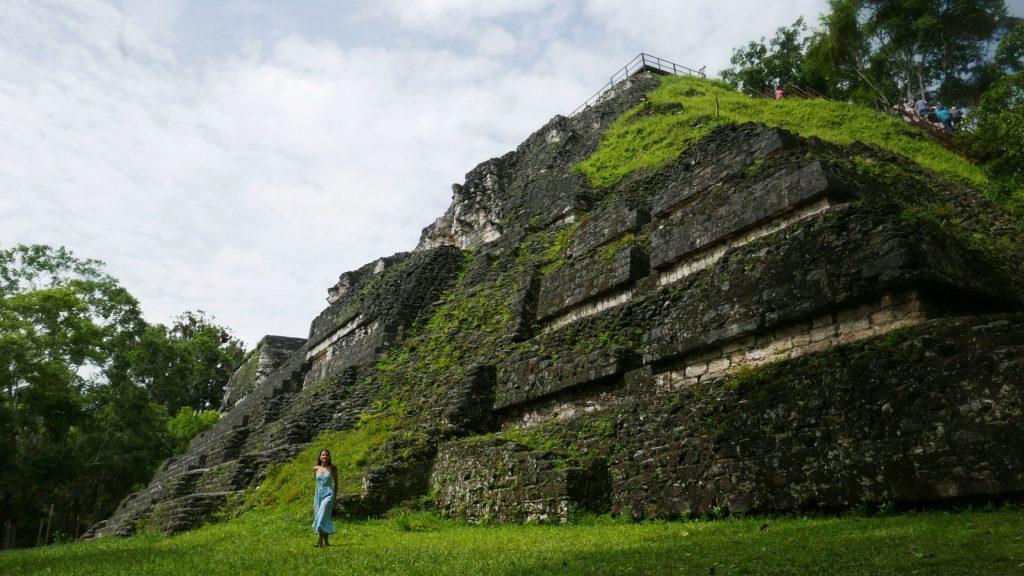 La Gran Pirámide de Mundo Perdido con sus 30 m de altura alcanza las copas de los árboles de alrededor