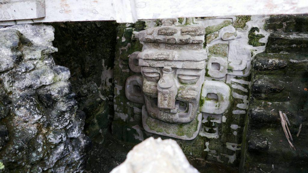 Representación antropomórfica tallada en uno de los templos de la Acrópolis Norte