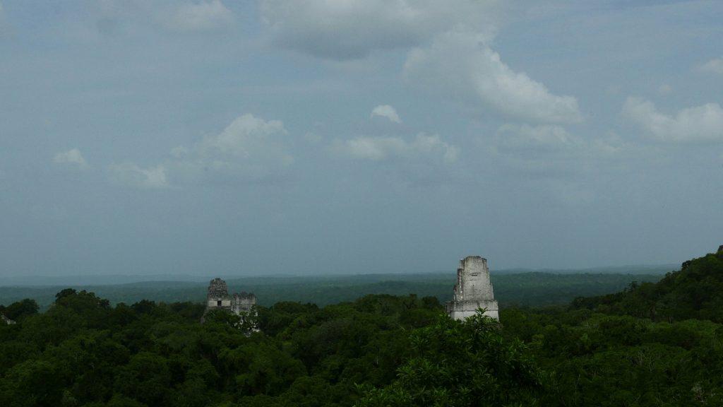 Panorámica de los Teamplos I, II y III desde el Templo IV de Tikal