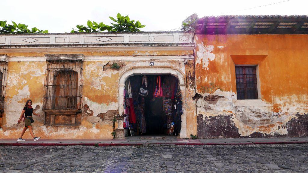 Pared descorchada de la ciudad colonial Antigua Guatemala