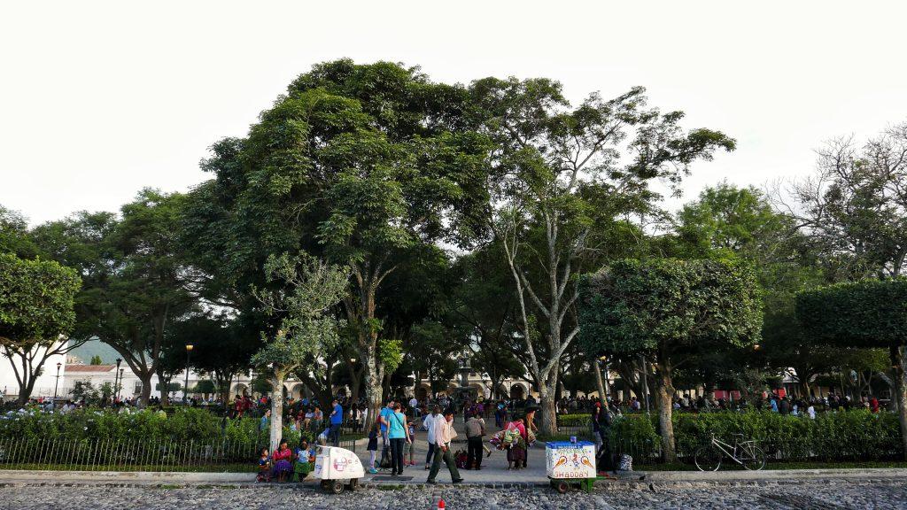 Vistas de la multitud en la plaza de San José de Antigua