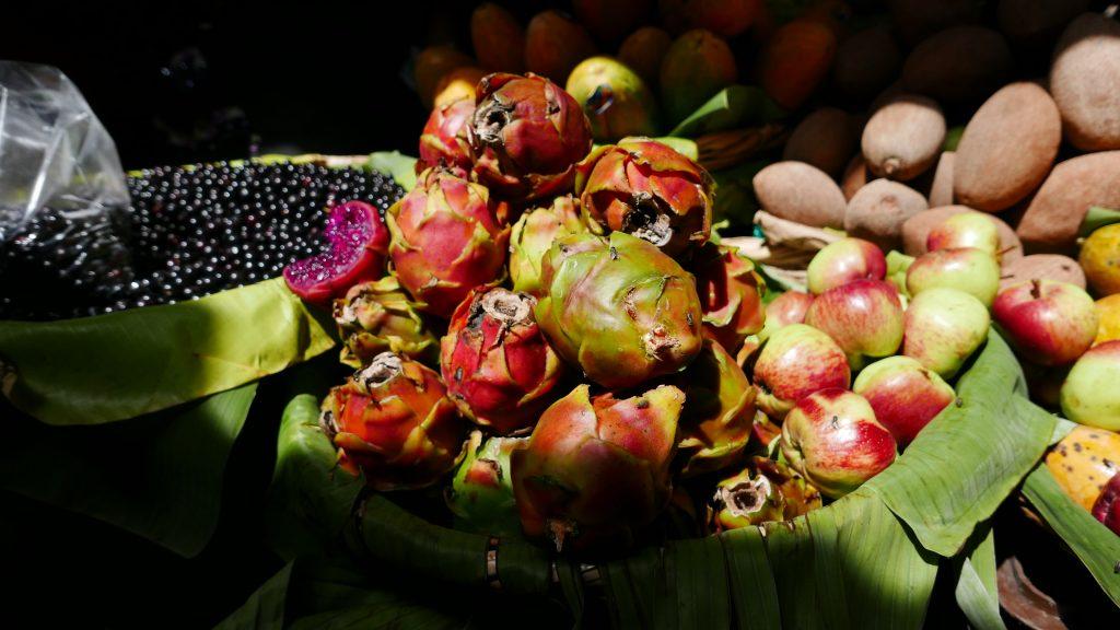 Pitahayas y otras frutas en mercado de Antigua Guatemala