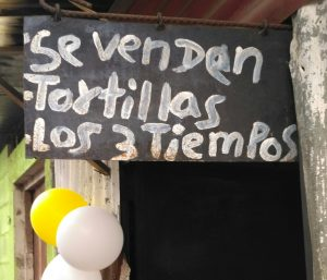 Cartel con la frase, Se venden tortillas los tres tiempos