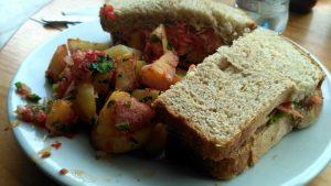 sandwich vegano de tofu con papas fritas