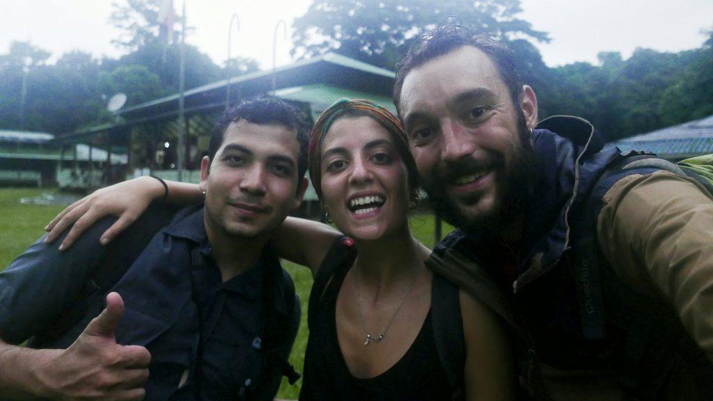 Niki, Antía y Javi al llegar a la estación La Sirena tras doce horas de marcha por la selva