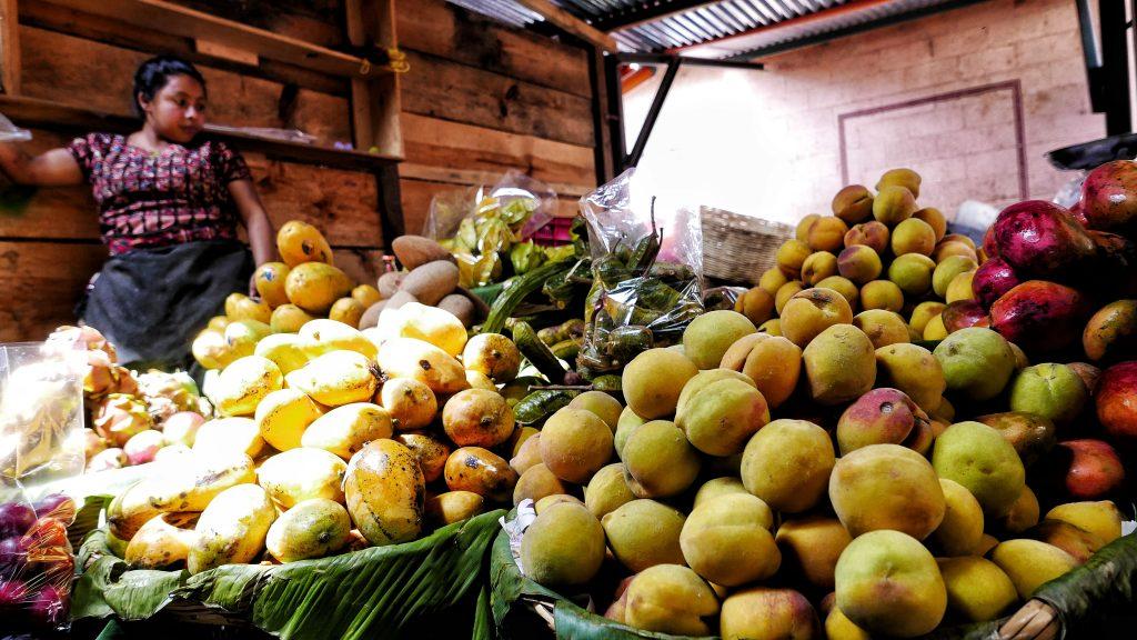 Puesto de frutas tropical