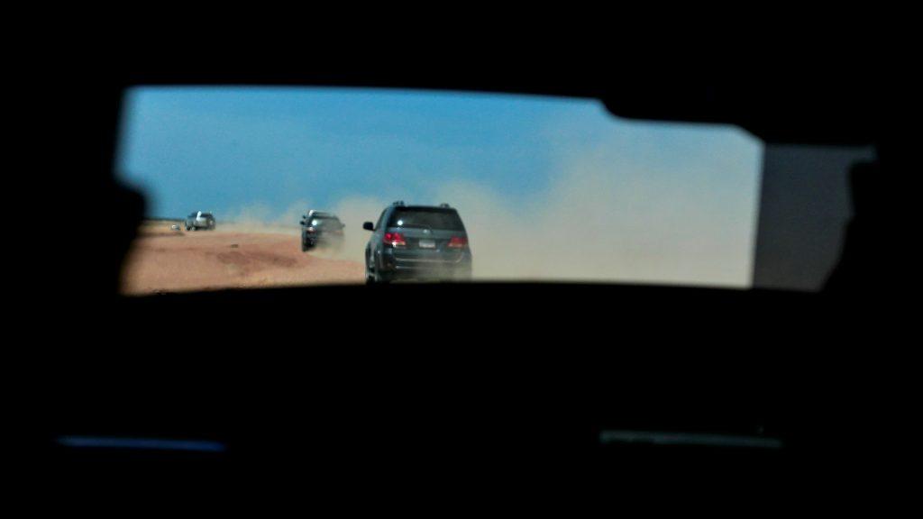 Multitud de vehículos 4x4 recorren kilómetros por el desierto de La Guajira.