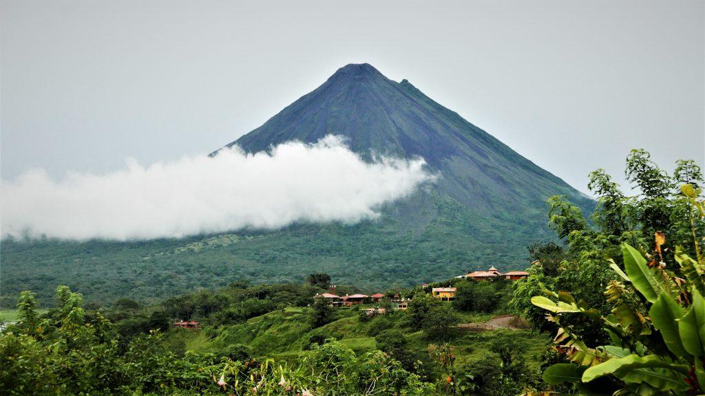 Volcán Arenal a lo lejos, imponente sobre las nubes de La Fortuna